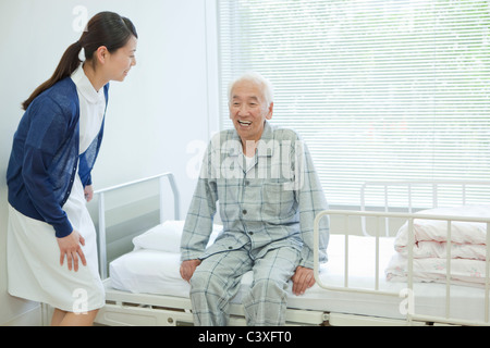 Senior man sitting on hospital bed, Kanagawa Prefecture, Honshu, Japan Banque D'Images
