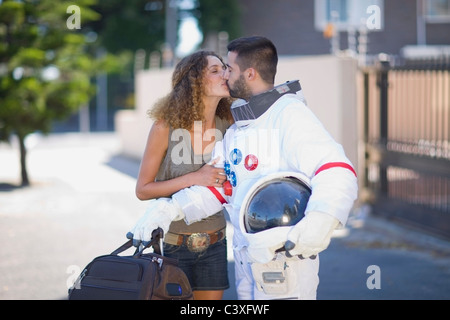 Woman kissing un astronaute Banque D'Images