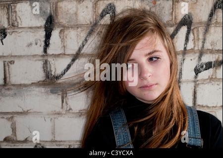 Balayées par un moody 12 - 13 ans, adolescente, UK Banque D'Images