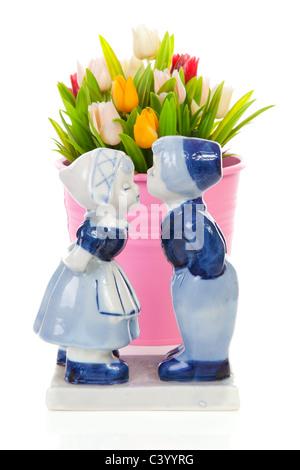 En souvenir typiquement néerlandais et en plastique bleu de Delft dans le seau tulipes sur fond blanc Banque D'Images