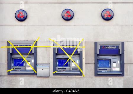 Direction générale de la banque NatWest externes locaux piscine distributeur automatique de billets, deux d'ordre couvert de ruban adhésif jaune une machine travaillant London England UK