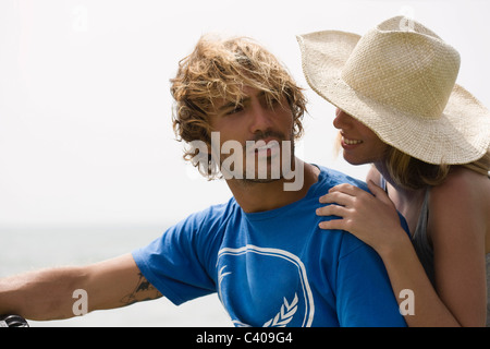 Girl with hat leaningon gars épaule Banque D'Images
