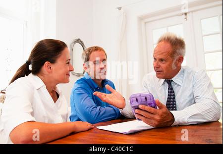 Vendeur en discussion avec couple Banque D'Images
