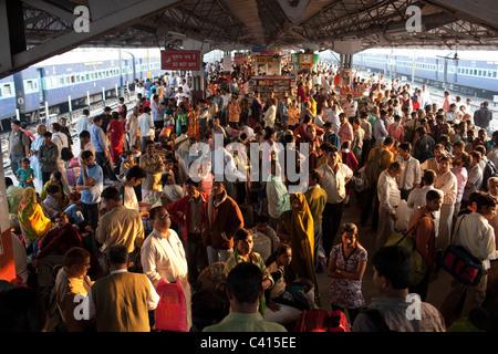 Une plate-forme de train bondé à Patna Junction gare à Patna, Bihar, Inde Banque D'Images