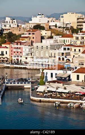 Regardant vers le bas sur le lac intérieur et extérieur à Port d'Agios Nikolaos, en Crète Orientale, Grèce Banque D'Images