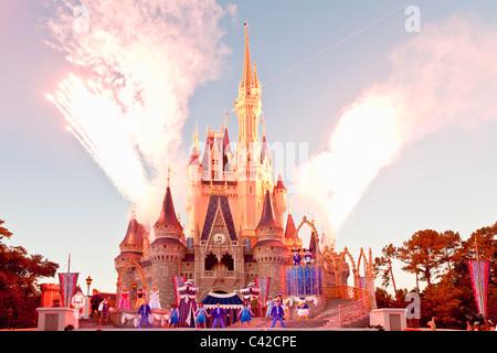 D'artifice à la fin d'un spectacle au Château de Cendrillon du Magic Kingdom de Disney World, à Kissimmee, Floride Banque D'Images