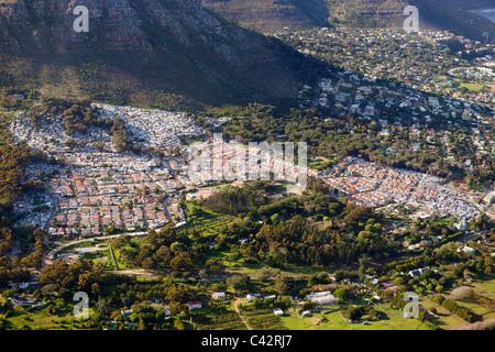 Vue aérienne de Imizamo Yethu township (aka Mandela Park) à Hout Bay, à Cape Town, Afrique du Sud. Banque D'Images