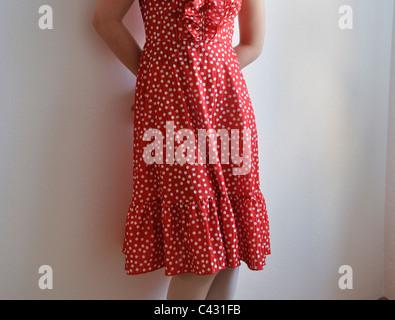 Jeune femme portant robe à pois Banque D'Images