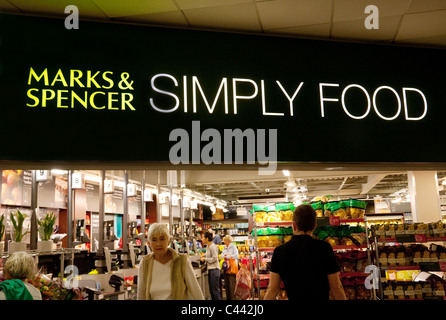 Marks and Spencer Simply Food foodhall à Exeter autoroute services, M5, Devon, Cornwall UK
