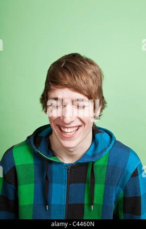 Un rire adolescent, portrait, studio shot Banque D'Images
