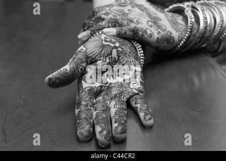 Photo noir/blanc de la mains, montrant le contraste du dessin à la main. L'art du henné Banque D'Images