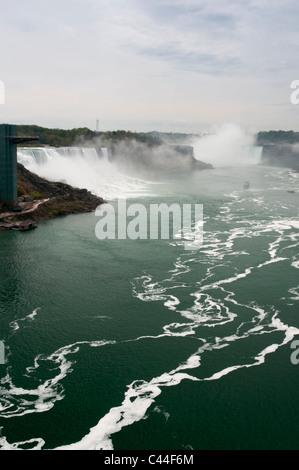 Les chutes américaines et en fer à cheval peut être vu à partir de pont en arc-en-ciel, Niagara Falls. Banque D'Images