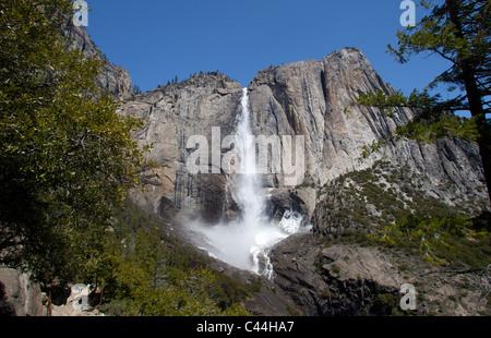 Upper Yosemite Falls circulant dans Yosemite National Park au printemps. Les chutes sont les plus élevés en Amérique Banque D'Images