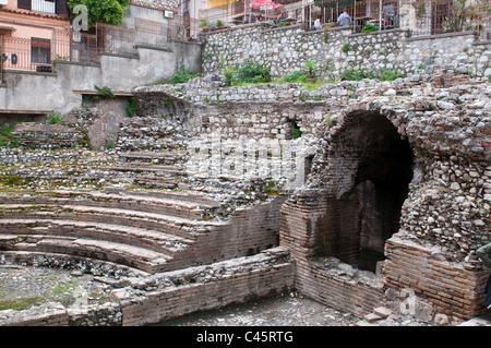 Ancien théâtre grec de Taormina, célèbre station touristique, la ville de luxe plus sur côte sicilienne, Sicile, Banque D'Images
