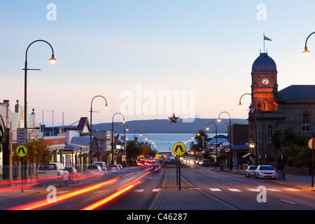 Voir l'Hôtel de Ville et la rue York, au crépuscule. Albany, Australie occidentale, Australie Banque D'Images