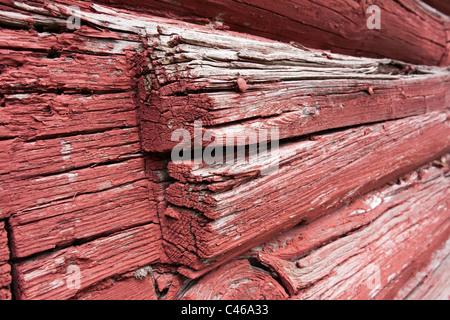 Mur peint rouge log house Banque D'Images