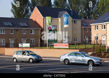 De nouvelles maisons Barratt avec panneaux solaires sur les toits à côté d'une route passagère Abergavenny Wales Banque D'Images