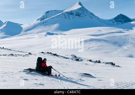 Rastender Stuor Reaiddavaggi Skitourengeher im Tal, Tjaektjatjohkkomassiv Kebnekaisefjaell,, Norrbotten, Laponie, Banque D'Images