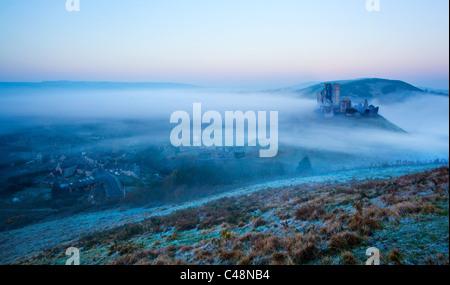 Château de Corfe, Dorset sur un matin brumeux Banque D'Images