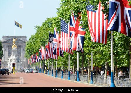 Drapeau américain & Union Jack line toute la longueur de la rue de Londres Mall & Royal Standard au-dessus du palais Banque D'Images