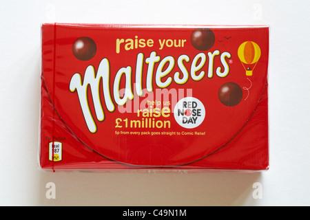 Boite de chocolat Maltesers pour nez rouge jour isolé sur fond blanc - chocolats avec des draps, des centres alvéolé Banque D'Images