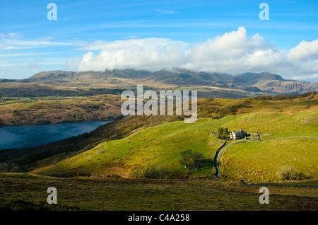Parkamoor faible au-dessus de l'eau, à l'égard de Coniston Dow Crag et Coniston le vieil homme, Lake District Banque D'Images