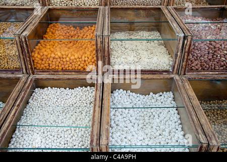 Plusieurs types d'écrous traditionnels turcs conservés dans des panneaux de verre Banque D'Images