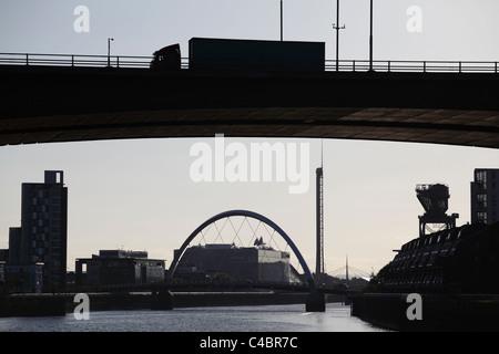 Kingston Bridge Glasgow, en regardant vers l'ouest le long de la rivière Clyde vers le pont Clyde Arc et Pacific Quay, Écosse, Royaume-Uni