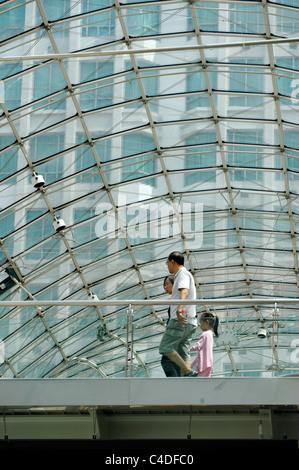 Les consommateurs sous la verrière du centre commercial de Bugis Junction, Singapour Banque D'Images