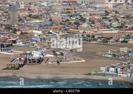 Vue aérienne de la banlieue de Swakopmund sur la côte, en Namibie Banque D'Images