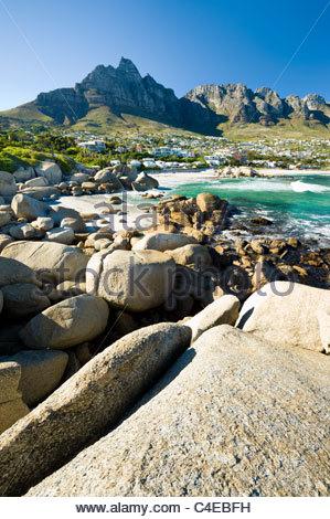 Camps Bay avec derrière la montagne de la Table, Cape Town, Afrique du Sud. Banque D'Images