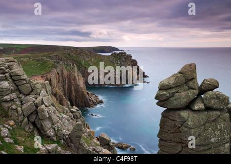 À l'échelle de l'Trevilley Zawn clifftops à Pordenack Point vers Carn Boel, Land's End, Cornwall, Angleterre. Banque D'Images