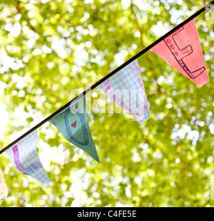 Une ligne de banderoles drapeaux orthographe 'Amour' Banque D'Images
