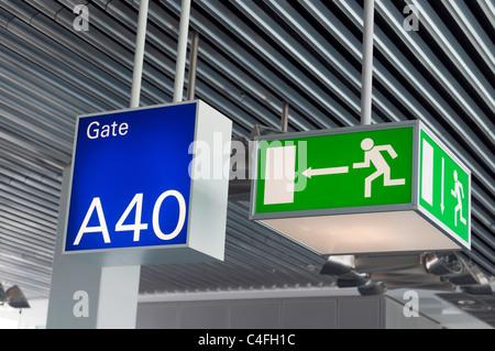 Enseigne de sortie d'urgence vert et bleu,gate sign in airport Banque D'Images