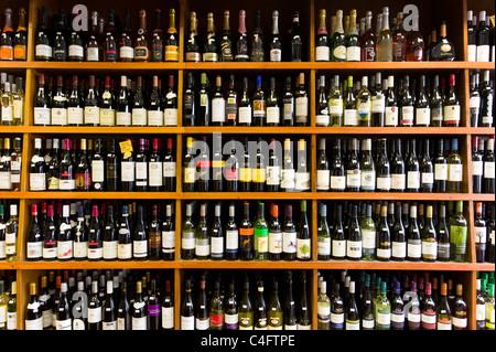 Des rangées de bouteilles de vin dans des indépendants d'off licence, London, UK Banque D'Images