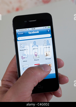 De l'application de réseau social Facebook sur iPhone 4G smart phone Banque D'Images