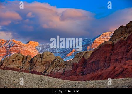 Spring Mountains, Red Rock Canyon National Conservation Area, neige fraîche sur Spring Mountains au lever du soleil dans le Red Rock Canyon N