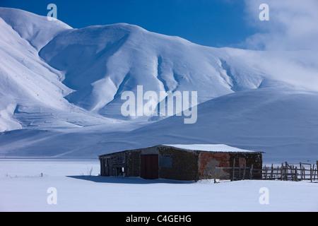 Le Piano Grande en hiver, parc national Monti Sibillini, Ombrie, Italie Banque D'Images
