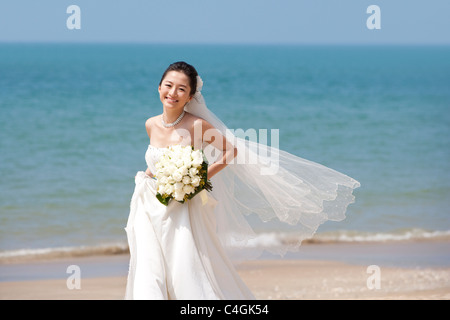 Mariée heureuse d'exécution sur la plage Banque D'Images