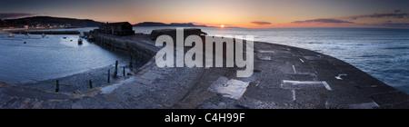 La Cobb à Lyme Regis à l'aube avec la Côte Jurassique au-delà, Dorset, England, UK Banque D'Images