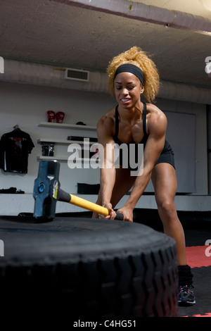 Fit girl working out in a gym Banque D'Images