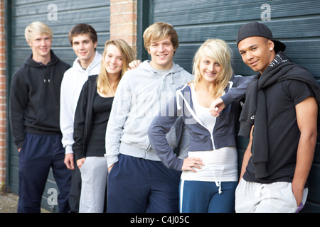 Groupe d'adolescents passer du temps ensemble en dehors de Banque D'Images