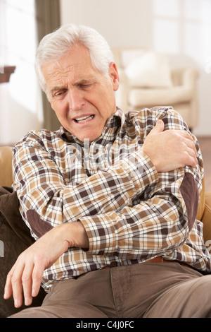 Hauts homme souffrant d'un arrêt cardiaque à la maison Banque D'Images