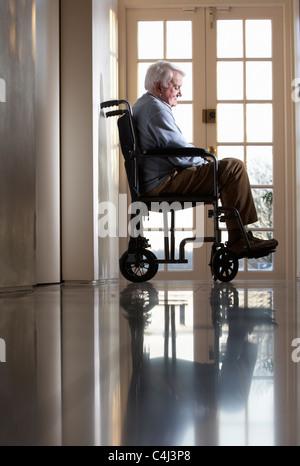Mobilité Senior Man Sitting in Wheelchair Banque D'Images