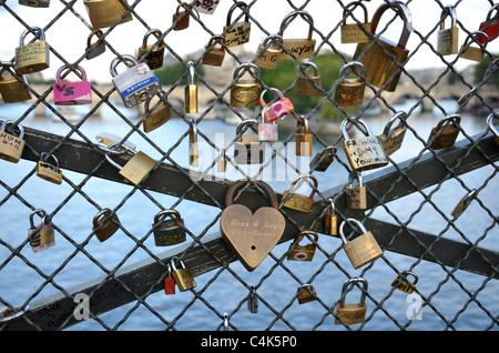 Love Locks attachées à l'Pont des Arts sur la Seine à Paris, France Banque D'Images