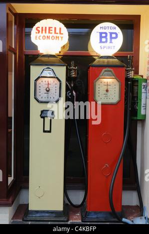 Vieilles pompes à essence - Shell et BP Banque D'Images