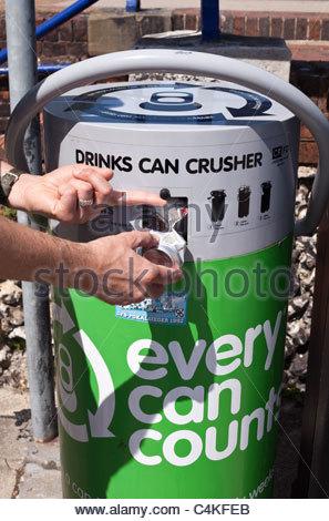 Personne à l'aide d'un concasseur de boissons Banque D'Images