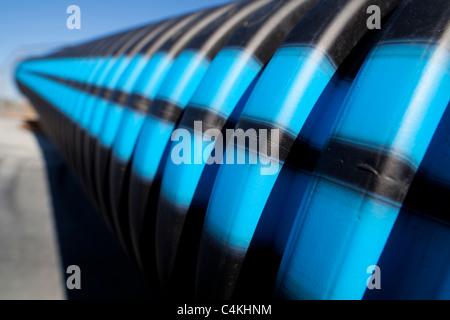 Le bleu et rayures noires sur l'eau de surface du tuyau PVC cannelé Banque D'Images