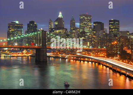 Le Pont de Brooklyn juxtaposé aux centre-ville de New York. Banque D'Images