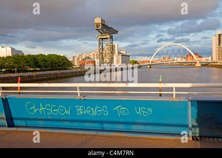 'Glasgow est à nous' graffiti sur Bell's Pont sur la rivière Clyde, en regardant vers la Finnieston Crane et l'Arc de Glasgow